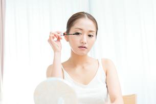 マスカラを塗る女性の写真素材 [FYI00490143]