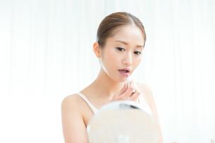 口紅を塗る女性の写真素材 [FYI00490145]