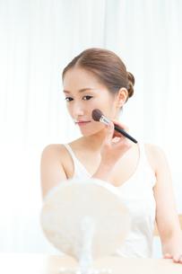 チークを塗る女性の写真素材 [FYI00490147]