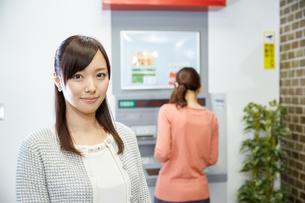 ATMを使う女性の写真素材 [FYI00490163]