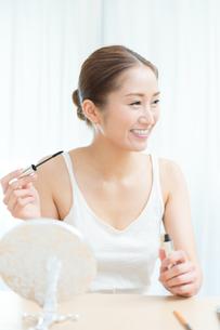 マスカラを塗る女性の写真素材 [FYI00490168]