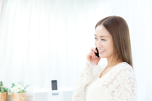 携帯電話を使う女性の写真素材 [FYI00490201]