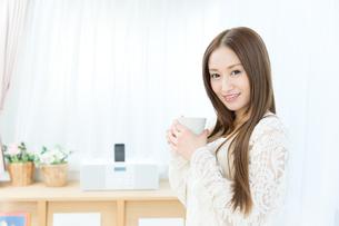 コーヒーブレイク中の女性の写真素材 [FYI00490217]