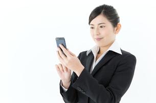 携帯電話を使うビジネスウーマンの写真素材 [FYI00490228]