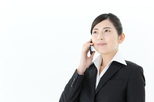 携帯電話を使うビジネスウーマンの写真素材 [FYI00490230]