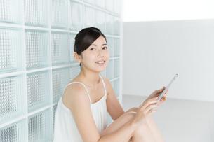 タブレットを使う女性の写真素材 [FYI00490275]