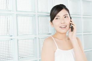 携帯電話を使う女性の写真素材 [FYI00490293]