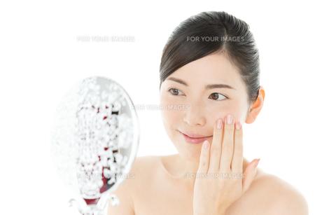 鏡を見る爽やかな女性の写真素材 [FYI00490327]