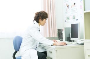 白衣の医者の写真素材 [FYI00490399]