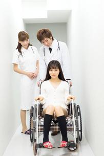 車いすの患者と医療スタッフの写真素材 [FYI00490400]