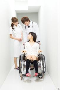 車いすの患者と医療スタッフの写真素材 [FYI00490401]
