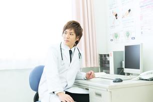 白衣の医者の写真素材 [FYI00490406]