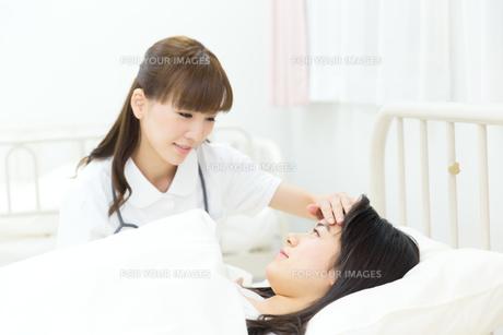 入院中の患者と医療スタッフの写真素材 [FYI00490407]