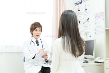 診察室の医師と患者の写真素材 [FYI00490450]