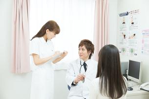 診察室の医師と患者の写真素材 [FYI00490467]