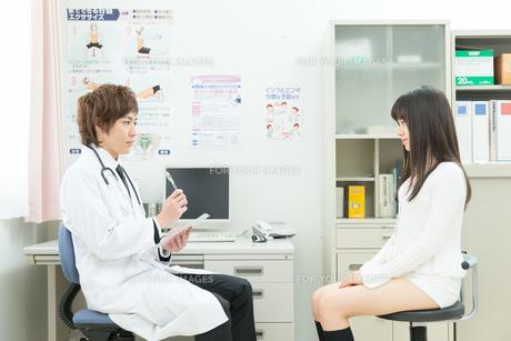 診察室の医師と患者の写真素材 [FYI00490473]
