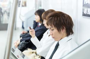 通勤中の電車内部の写真素材 [FYI00490489]