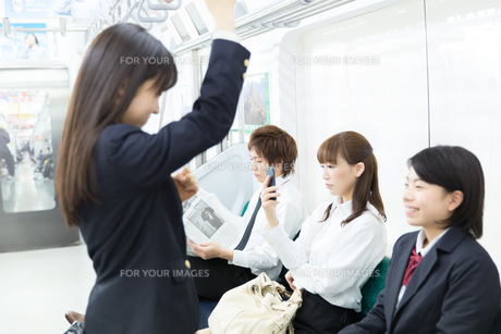 通勤中の電車内部の写真素材 [FYI00490517]
