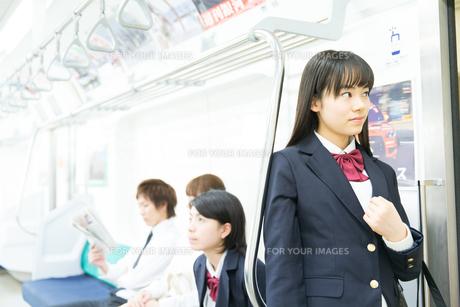 通勤中の電車内部の写真素材 [FYI00490539]