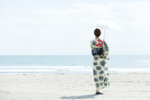 海で涼む浴衣の女性の写真素材 [FYI00490589]