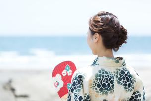 海で涼む浴衣の女性の写真素材 [FYI00490591]