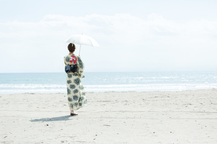 海で涼む浴衣の女性の写真素材 [FYI00490599]