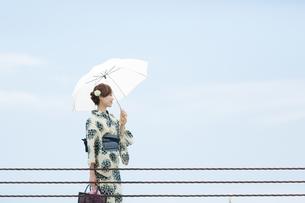 夏に浴衣を着た女性の写真素材 [FYI00490605]