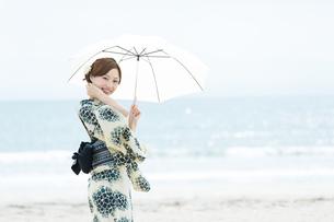 海で涼む浴衣の女性の写真素材 [FYI00490606]