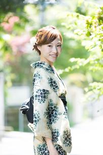夏に浴衣を着た女性の写真素材 [FYI00490607]