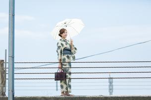 夏に浴衣を着た女性の写真素材 [FYI00490610]