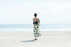 海で涼む浴衣の女性の写真素材 [FYI00490611]