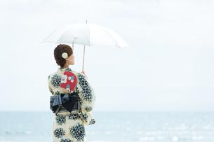 海で涼む浴衣の女性の写真素材 [FYI00490612]
