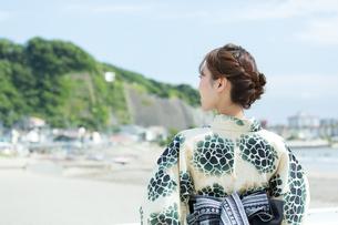 海で涼む浴衣の女性の写真素材 [FYI00490613]