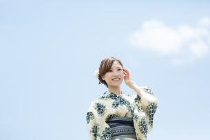 夏に浴衣を着た女性の写真素材 [FYI00490614]
