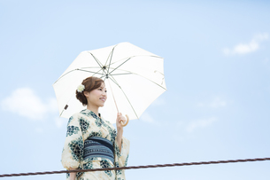 夏に浴衣を着た女性の写真素材 [FYI00490616]