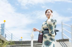 夏に浴衣を着た女性の写真素材 [FYI00490623]