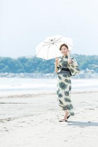 夏に浴衣を着た女性の写真素材 [FYI00490635]