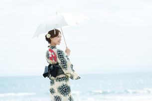 夏に浴衣を着た女性の写真素材 [FYI00490636]