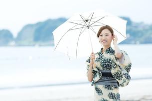 夏に浴衣を着た女性の写真素材 [FYI00490639]