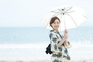 夏に浴衣を着た女性の写真素材 [FYI00490640]