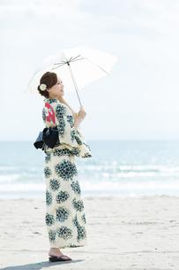夏に浴衣を着た女性の写真素材 [FYI00490641]