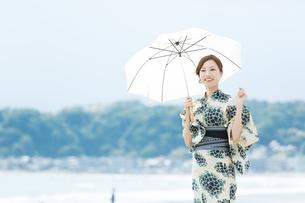 夏に浴衣を着た女性の写真素材 [FYI00490644]