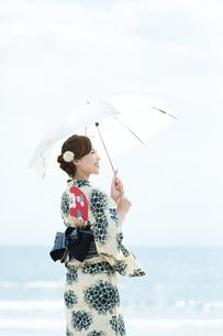 夏に浴衣を着た女性の写真素材 [FYI00490645]