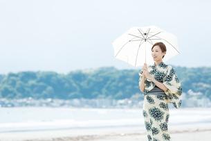 夏に浴衣を着た女性の写真素材 [FYI00490647]
