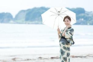 夏に浴衣を着た女性の写真素材 [FYI00490648]