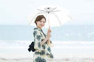 夏に浴衣を着た女性の写真素材 [FYI00490653]