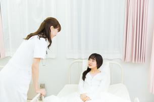 治療中の医療スタッフと患者の写真素材 [FYI00490711]
