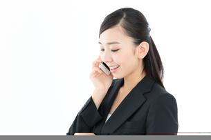 携帯電話を使うビジネスウーマンの写真素材 [FYI00490977]