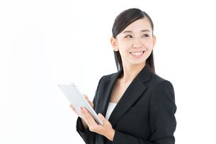 タブレットPCを使うビジネスウーマンの写真素材 [FYI00490981]