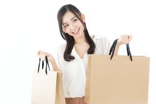 紙袋を持つ若い女性の写真素材 [FYI00491153]